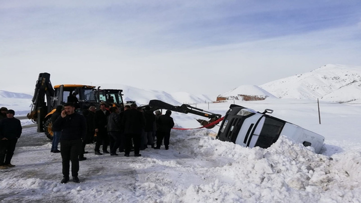 Başkale'de tipi nedeniyle minibüs şarampole yuvarlandı