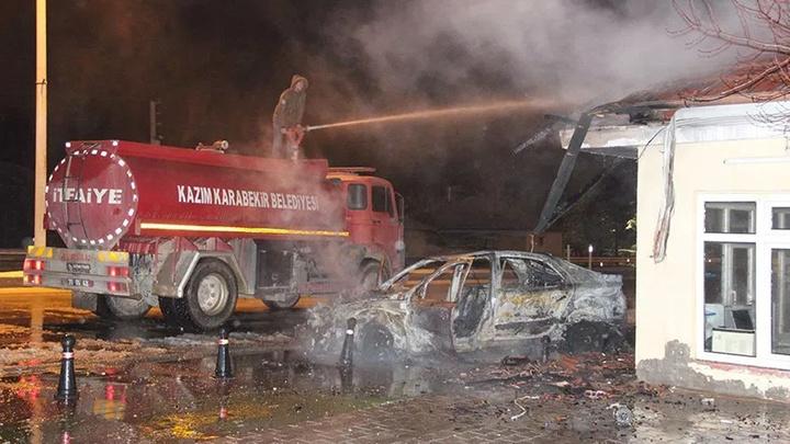 Kaza sonrası yanan otomobildeki iki kişiyi vatandaşlar son anda kurtardı