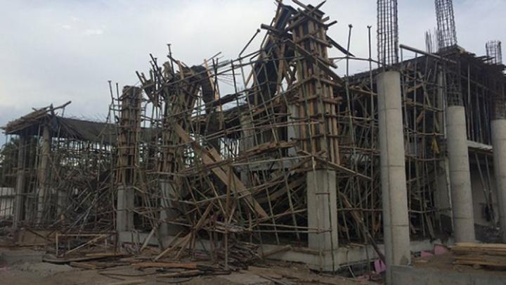 Fatih'te 4 katlı bir binanın inşaat iskelesi çöktü
