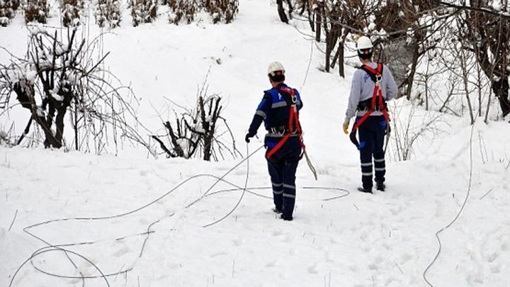 Şirvan'da etkili olan kar ve fırtına nedeniyle elektrik direkleri devrildi, iletim hatları koptu