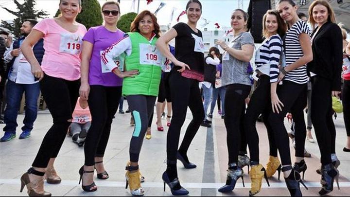 Antalya'da kadınlar, topuklu ayakkabılarla yarıştı
