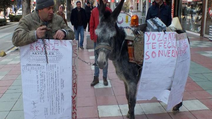Yozgat'ta ödediği borç için hakkında icra takibi başlatılan çiftçiden eşekli protesto