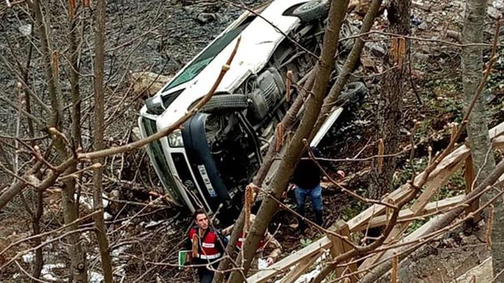 Giresun'da üniversiteli öğrencileri taşıyan araç kaza yaptı: 5 öğrenci kazada yaralanırken , 7 kişi ise yaralıları kurtarmak isterken yaralandı