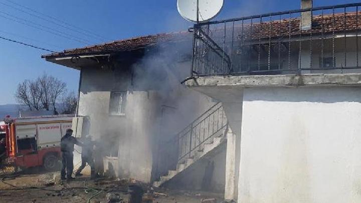 Manisa'da elektrik kontağından yangın çıktı, aile itfaiye ekiplerinin yangına müdahalesini gözyaşlarıyla izledi