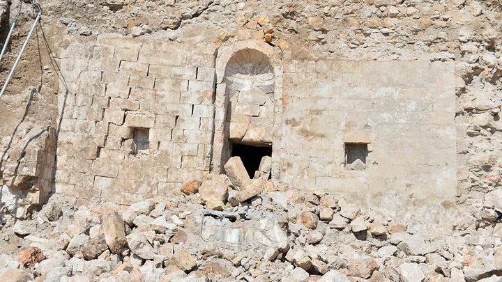 Mardin'de aşırı yağışlar nedeniyle yıkılan Hükümet Konağı'nın istinat duvarı arkasında tarihi mescidin kalıntıları ortaya çıktı