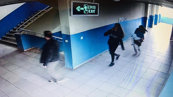 Antalya'da bir okulu basarak 2 kızı darp eden 9 öğrenciyi kameralar kaydetti