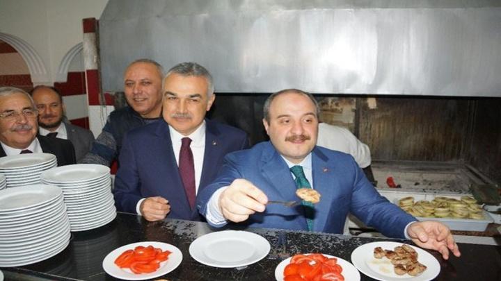 Sanayi ve Teknoloji Bakanı Mustafa Varank Aydın'da önce ocak başına geçip köfte pişirdi, sonra tatlı ikram etti