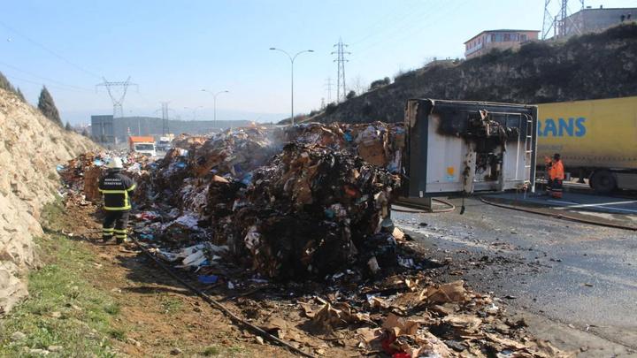 TEM'de kağıt yüklü kamyon alev alev yandı