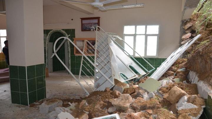 Kırıkhan'da aşırı yağışlar nedeniyle toprak kayması sonucu cami duvarı çöktü