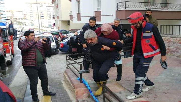 Ankara'da bir apartmanın bodrum katında yangın çıktı; yangında mahsur kalanları itfaiye kurtardı