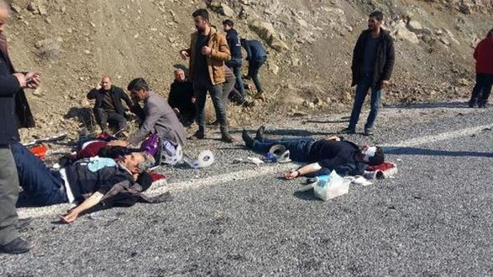Van'da kazada yaralanan 8 kişi yol ortasına yatırılarak ambulans bekledi