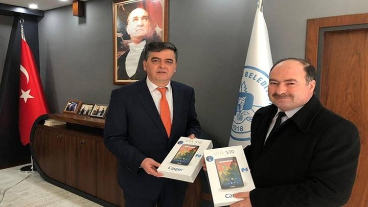 Bilecik Pazaryeri Belediye Başkanı'ndan Beşeylül İlkokulu'na tablet yardımı