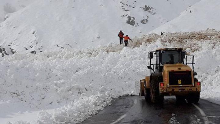 Şırnak-Hakkari karayoluna çığ düştü, yol ulaşıma kapandı