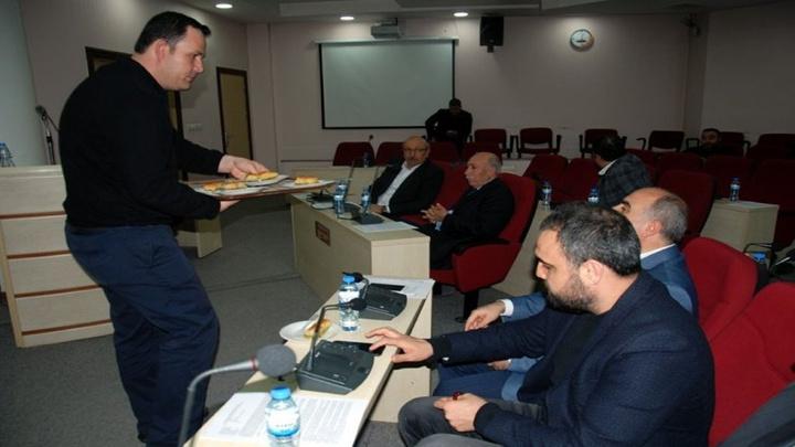 Seyhan Belediye Meclisi Mart ayı ilk toplantısı tatlıyla başladı, protestoyla bitti