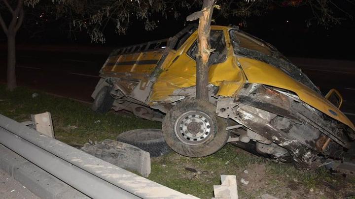 İzmir'de alkollü kamyonet sürücüsü refüje daldı