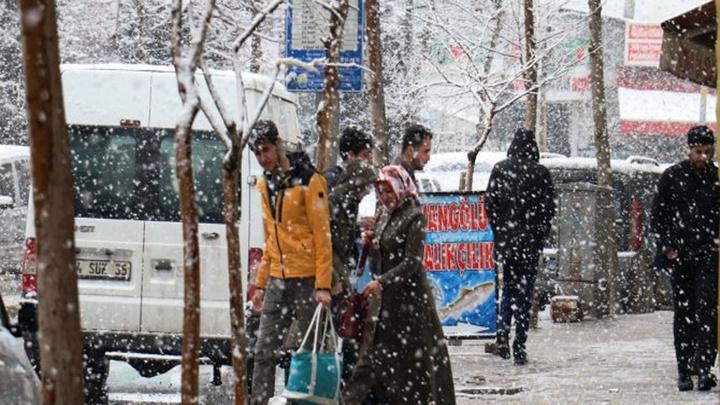 Van'da sabah güneşli hava , öğle saatlerinde yerini yoğun kar yağışına bıraktı