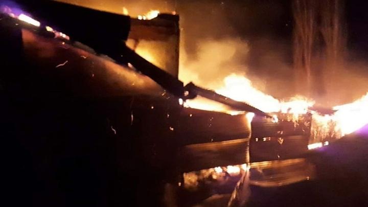 Erzurum'da bir köyde gece yarısı samanlıkta yangın çıktı, köylüler seferber oldu