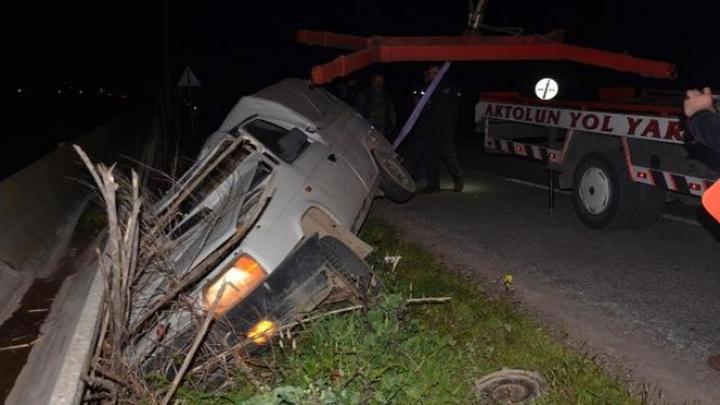 Aydın'da kontrolden çıkan kamyonet şarampole devrildi: 2 yaralı