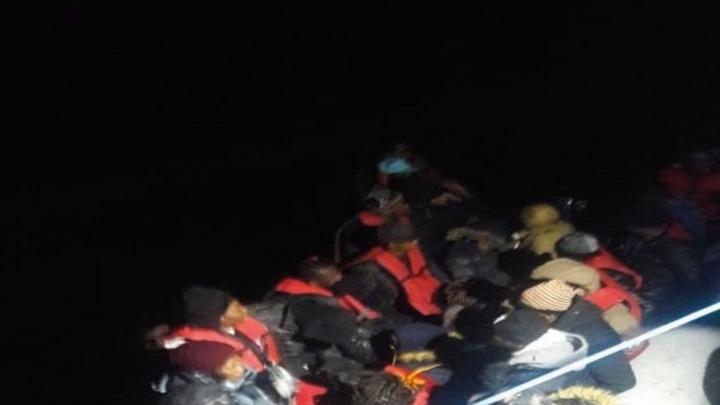Kuşadası Körfezi'nde boğulma tehlikesi geçiren 3'ü çocuk 11 kaçak göçmen kurtarıldı