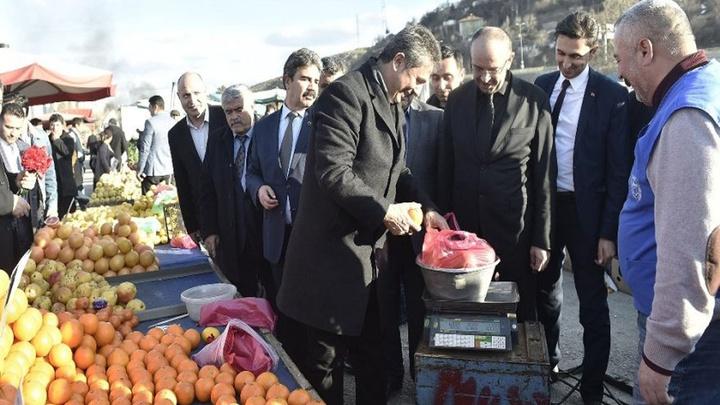 Cumhur İttifakı'nın Mamak Belediye Başkan adayı Murat Köse pazar tezgahının başına geçti