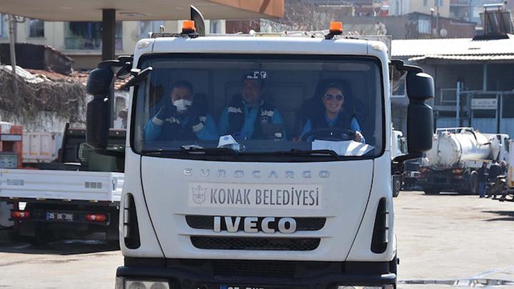 İzmir Konak Belediyesi'deki masabaşı işini bıraktı, çöp kamyonunu şoförlüğü yapmaya başladı