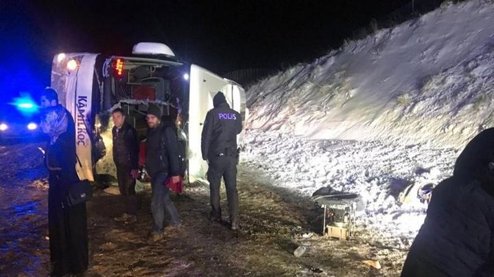 Sivas'ta yolcu otobüsü devrildi: 3'ü ağır çok sayıda yaralı