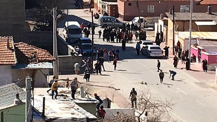 Konya'da dün 200 polisin müdahale ettiği komşular arasındaki taşlı kavga bugün de devam etti