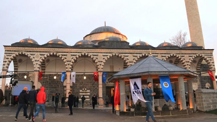 Diyarbakır Sur'da PKK'lı teröristlerin yaktığı 500 yıllık Fatih Paşa Camii  4 yıl aradan sonra ibadete açıldı