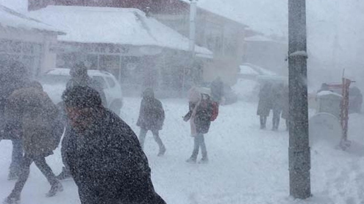 Karlıova'da etkili olan kar yağışı nedeniyle yarın okullar tatil