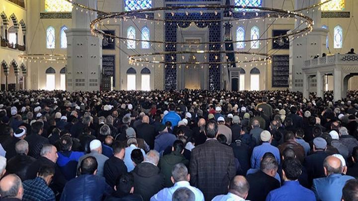 Çamlıca Camii'inde ilk cuma namazı