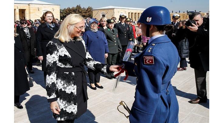 Milli Savunma Bakanı Hulusi Akar'ın eşi Şule Akar ve komutan eşleri Anıtkabir'i ziyaret etti