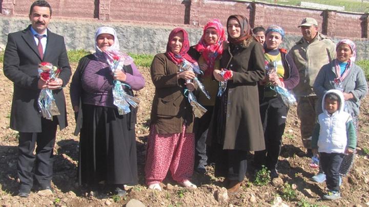 Gaziantep'te Sosyal Hizmet ekiplerinden tarlada çalışan Arabanlı kadınlara karanfilli kutlama