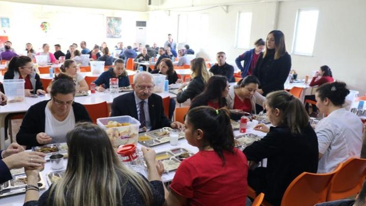 Cumhuriyet Halk Partisi Genel Başkanı Kemal Kılıçdaroğlu Edirne'de bir tekstil fabrikasını ziyaret tti, kadın çalışanlarla beraber tabldottan yemek yedi