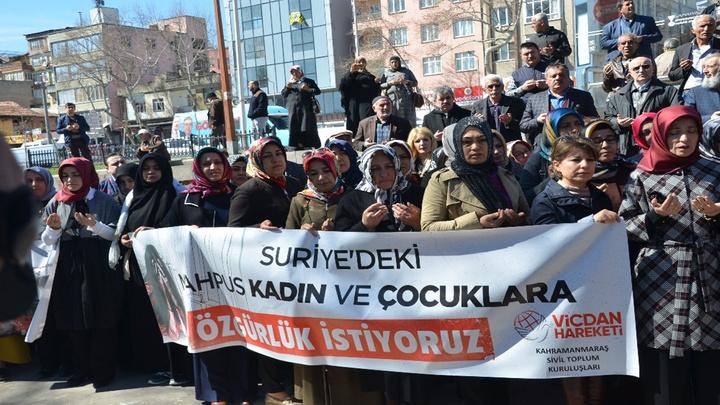 Kahramanmaraş'ta sivil toplum kuruluşları Suriye'deki esir tutulan kadınlar için bileklerini eşarpla bağladı