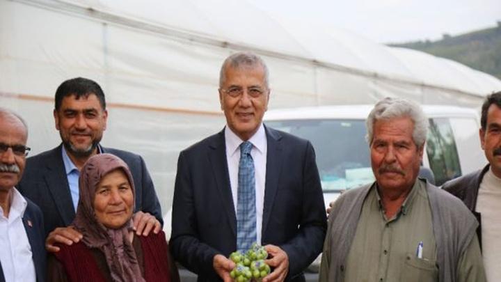 Mersin'de erik hasadı yapan çiftçiye Belediye Başkanı Neşet Tarhan'dan destek ziyareti