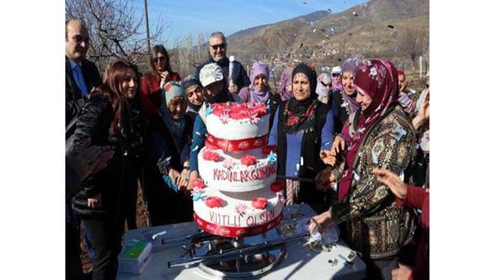 Tokat İl Özel İdaresi personelinden tarlada çapa yapan kadınlara pastalı kutlama