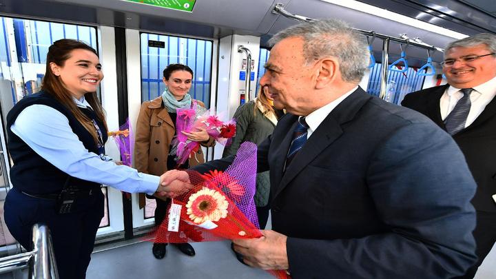 İzmir Büyükşehir Belediye Başkanı Aziz Kocaoğlu tramvayda kadınları çiçekle karşıladı