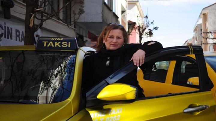 54 yaşındaki Ayşen Şentürk Eskişehir'de 8 yıldır taksi şoförü