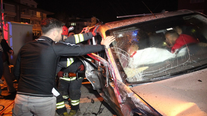 Konya'da iki araç kafa kafaya çarpıştı , 8 kişi yaralandı