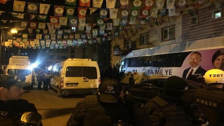 Diyarbakır'da HDP binasında Abdullah Öcalan içi açlık grevi yapanlara baskın: 7 gözaltı