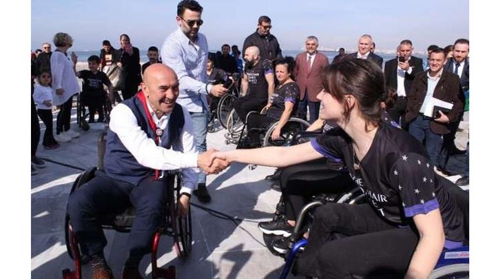Millet İttifakı İzmir Büyükşehir Belediye Başkan adayı Tunç Soyer'den 'tekerlekli sandalyeli' farkındalık eylemi