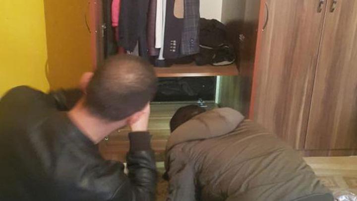 Kayseri'de 'hırsızlık' suçundan aranan 2 hükümlü gardıroptaki gizli bölmede yakalandı