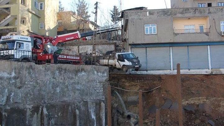 Şırnak'ta istinat duvarı çöktü, çevredeki ev iş yerleri tahliye edildi