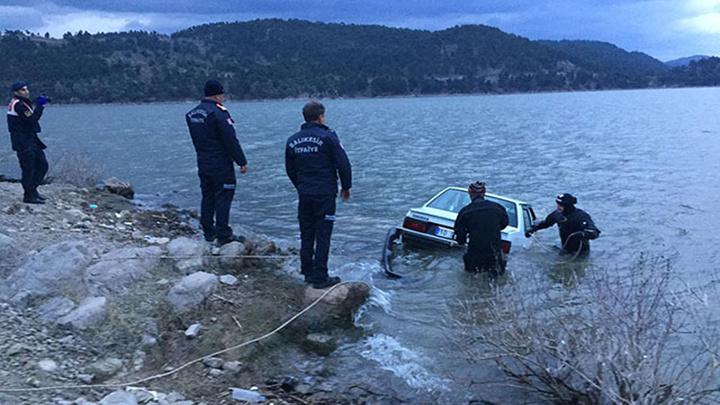 Balıkesir'de 17 yaşındaki sürücü, direksiyondayken telefonla konuştuğu sırada baraja uçtu