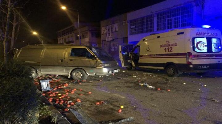 Bursa'da sebze yüklü kamyonetle otomobil çarpıştı: 3'ü çocuk, 4 yaralı
