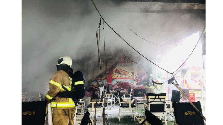 Ayvalık'ta otel ve iş yerinde çıkan yangın hasara neden oldu
