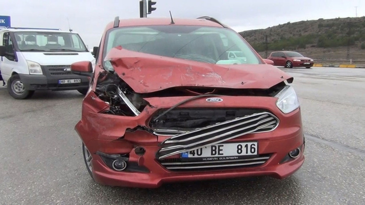Kırıkkale'de bir araç kırmızı ışıkta duramadı zincirleme kazaya neden oldu