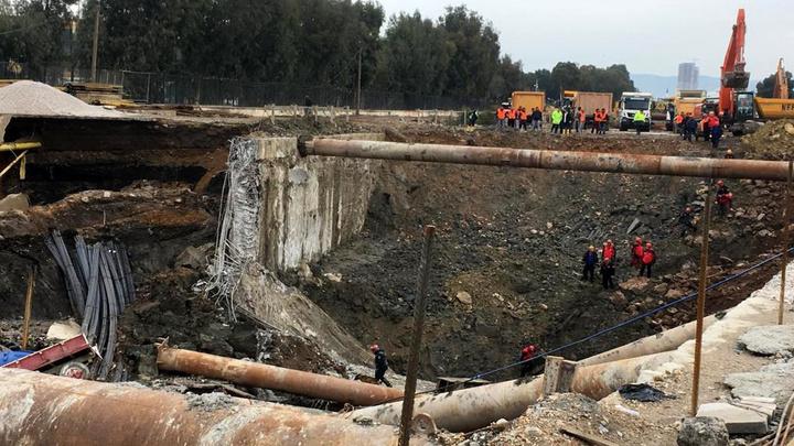 Konak'ta metro ve yer altı park alanı inşaatında meydana gelen göçük alanında arama kurtarma çalışmaları sürüyor