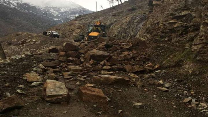 Siirt'te yoğun yağışlar nedeniyle iki ayrı köy yolunda heyelan meydana geldi