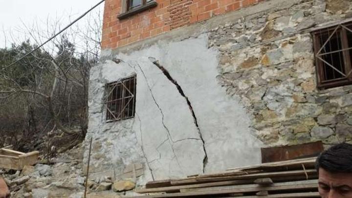 Burhaniye'de heyelan nedeniyle duvarlarında çatlaklar oluşan evler boşaltıldı